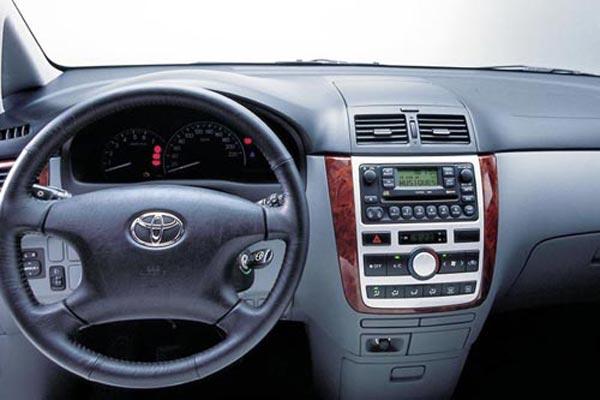 Интерьер салона Toyota Avensis Verso