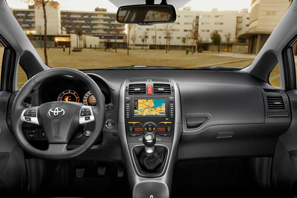Интерьер салона Toyota Auris