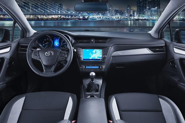 Интерьер салона Toyota Avensis