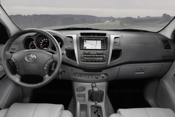 Интерьер салона Toyota Hilux