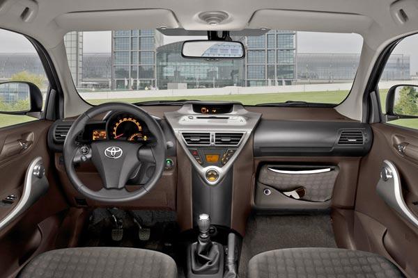 Интерьер салона Toyota iQ