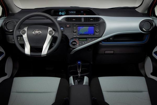 Интерьер салона Toyota Prius C