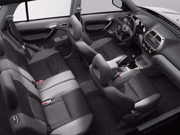Интерьер салона Toyota RAV4 3-Door