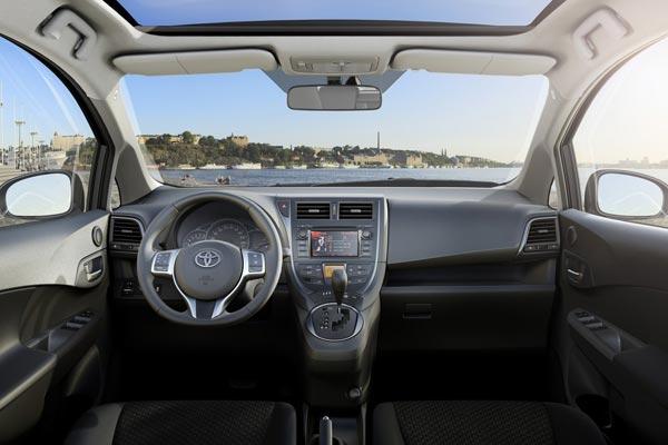 Интерьер салона Toyota Verso S