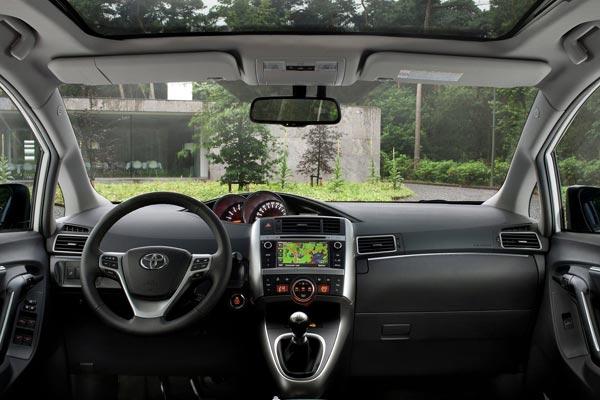 Интерьер салона Toyota Verso