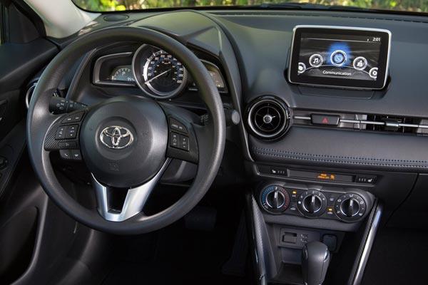 Интерьер салона Toyota Yaris Sedan