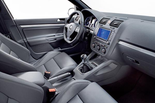 Интерьер салона Volkswagen Golf R32