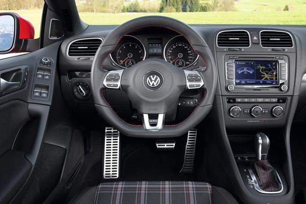 Интерьер салона Volkswagen Golf GTI Cabriolet