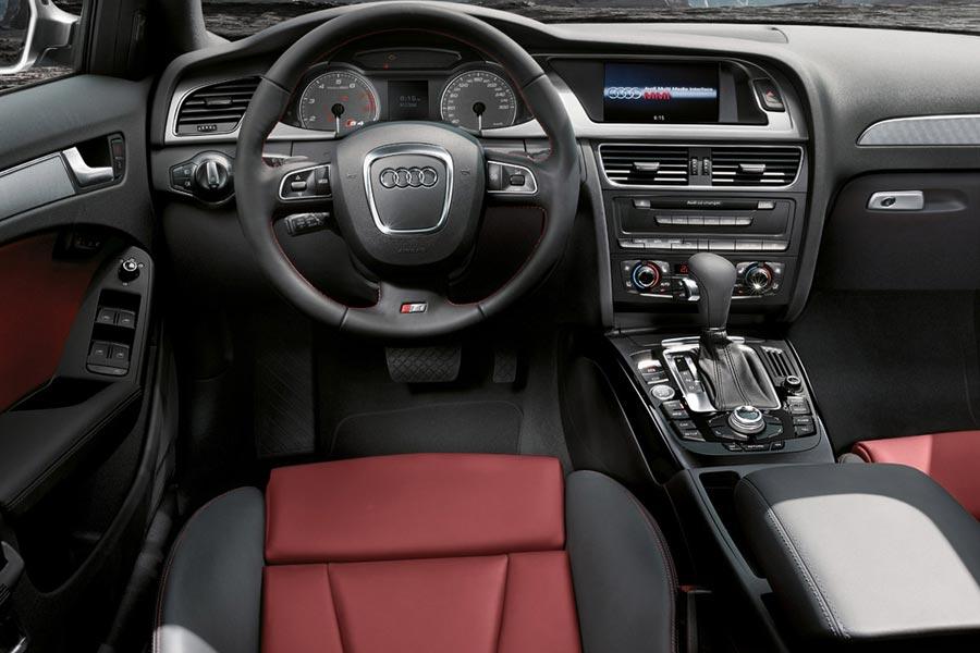 Фото салона автомобилей Audi S4 Avant 2008 2011