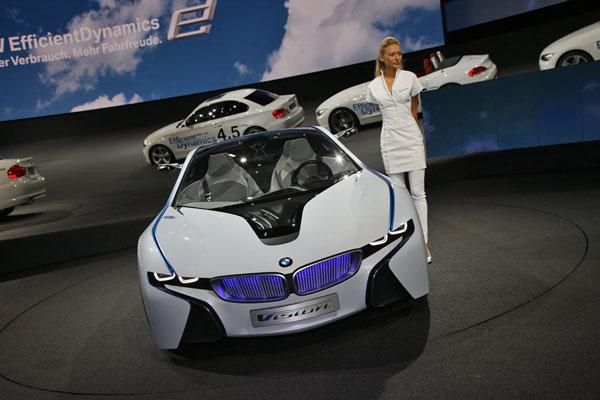 Баварский Vision EfficientDynamics классно смотрится в зале Messe-центра.