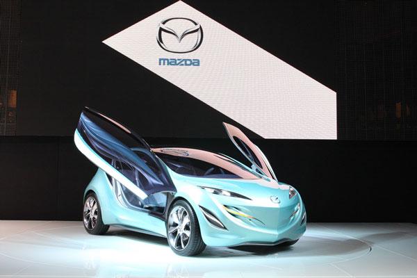 У Mazda Kiyora футуристического дизайна двери, само собой, «гильотинные»…