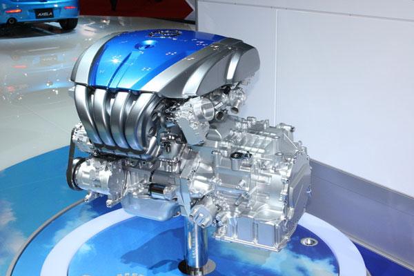 По сути Kiyora – стилистический экзерсис для демонстрации нового силового агрегата. Двигатель SKY-G в сборе с «автоматом» SKY-Drive.