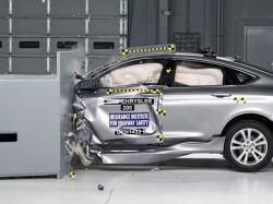 Краш-тест Chrysler 200. Фото IIHS