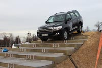 Land Cruiser 200 спускается по ступенькам. Фото CarExpert.ru