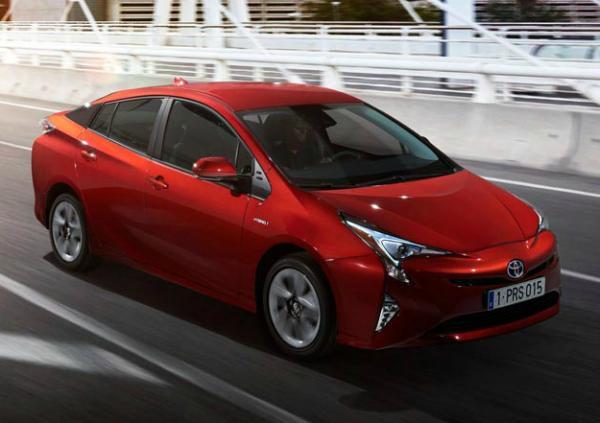 Toyota Pruis и C-HR. Фото Toyota