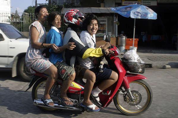 Перевозка нескольких людей на мотоцикле