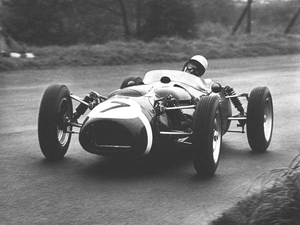 За рулем P99 легендарный Стирлинг Мосс. Даже ему не удалось добиться от странного аппарата ярких результатов.
