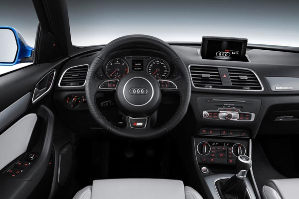 У Audi Q3 удачная эргономика, но качество материалов и оснащение не намного лучше, чем аналогов массовых брендов