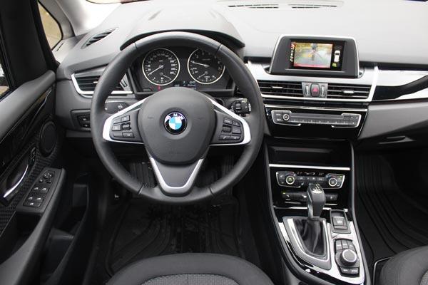 Интерьер традиционен для BMW