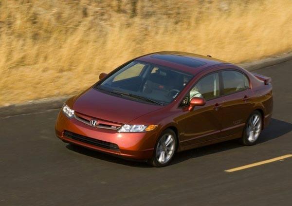 Honda Civic Si показывает цепкое держание дороги и отточенную управляемость.