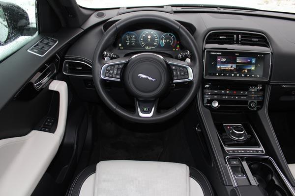 У Jaguar F-Pace очень красивый и функциональный интерьер, здесь нет ни одной кричащей детали, которая бы выбивалась из общего стиля