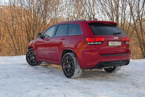 Jeep Grand Cherokee SRT - продукт нишевый. Дикий, мощный автомобиль, которому неуютно на бездорожье, но и в городе разгуляться негде. Это машина для ровных и просторных магистралей. Найдите такую дорогу, и  SRT подарит вам море кайфа