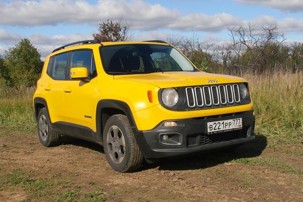 У Jeep Renegade классическая решетка радиатора с семью прорезями и круглые фары. Цитаты на тему первого Jeep разбросаны по всему кузову