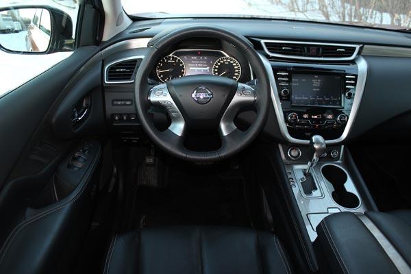 Интерьер Nissan Murano не столь футуристичен, как экстерьер, даже наоборот, он в меру консервативный
