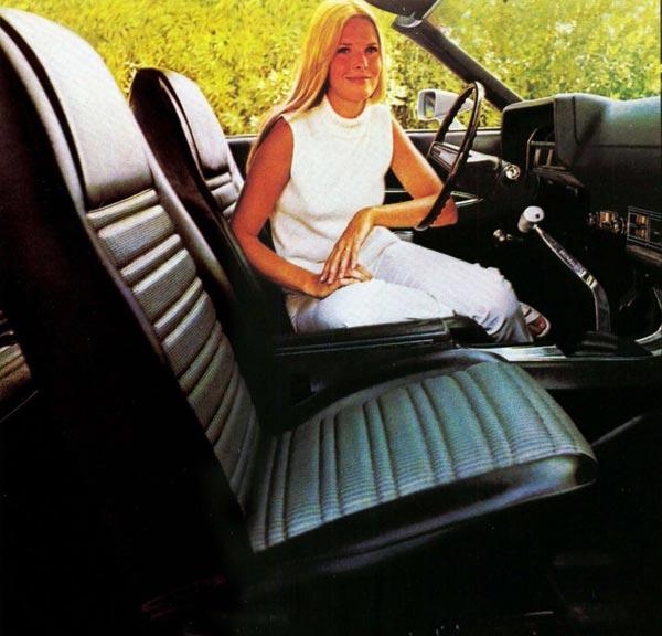 Рычаг механизма ручной КПП Hurst органично вписался между индивидуальными спорт-сиденьями (платная опция в исполнениях Torino GT и Cobra).