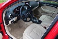"""Посадка в A3 Sedan по-спортивному низкая, но за руль """"нырять"""" легко."""