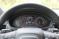 На тестовом автомобиле стоит обычная панель приборов, она красивая и информативная