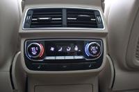 Есть обогрев сидений и удобный пульт управления климат-контролем, в Audi Q7 он 4-зонный