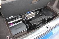 Под полом багажника спрятан сабвуфер
