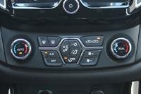 Автомобиль оснащается двухзонным климат-контролем с удобным блоком управления
