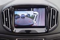 При включении поворотников на дисплее отображается картинка с боковых камер