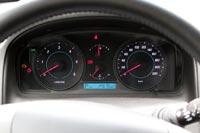 У Chevrolet Captiva классическое расположение приборов: по бокам большие циферблаты спидометра и тахометра, между которыми разместились датчики температуры и уровня топлива в баке