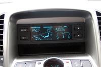 Экран на центральной консоли имеет симпатичную бирюзовую расцветку и информирует о работе климат-контроля, температуре за бортом, а также отображает информацию бортового компьютера и схематичный компас