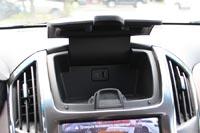 В верхней части центральной консоли удобный бокс для смартфона, там же расположен USB разъем