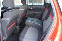 Спинка центрального сидения превращается в удобный широкий подлокотник с двумя подстаканниками