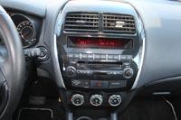 """В центре торпедо - два больших унылых дефлектора обдува, под которыми на выпуклой панели аккуратно """"расставлены"""" кнопки управления аудио, климат-контроля и прочими опциями"""