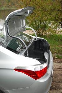 Массивные петли багажника ограничивают полезные объем
