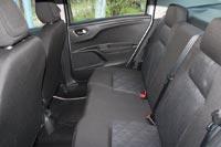 Вместо задних подголовников небольшие выступы на спинке сиденья и только для двоих пассажиров