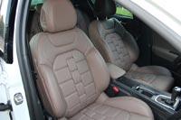 Сидеть за рулем Citroen DS4 удобно. Кресла «обнимают» боковой поддержкой