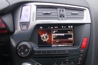 Двигатель запускается кнопкой Start/Stop, совмещенной с симпатичными аналоговыми часиками.