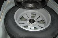 Под полом багажного отсека размещается полноразмерная запаска на литом диске