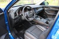 Водительское кресло настраивается электроприводом по 6 направлениям