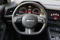 Трехспицевое рулевое колесо с усеченным нижним сектором и множеством кнопок для управления мультимедиа и круиз-контролем