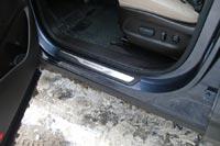 Нижняя кромка дверей прикрывает пороги