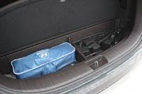 Под полом багажника небольшой бокс для инструмента