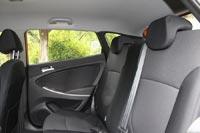 На заднем сиденье у пассажиров хэтчбека больше места над головой, чем у седана